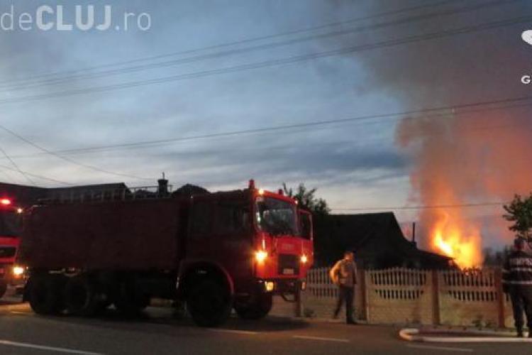 Incendiu violent într-o localitate clujeană. Pompierii s-au chinuit ore în șir să stingă flăcările VIDEO