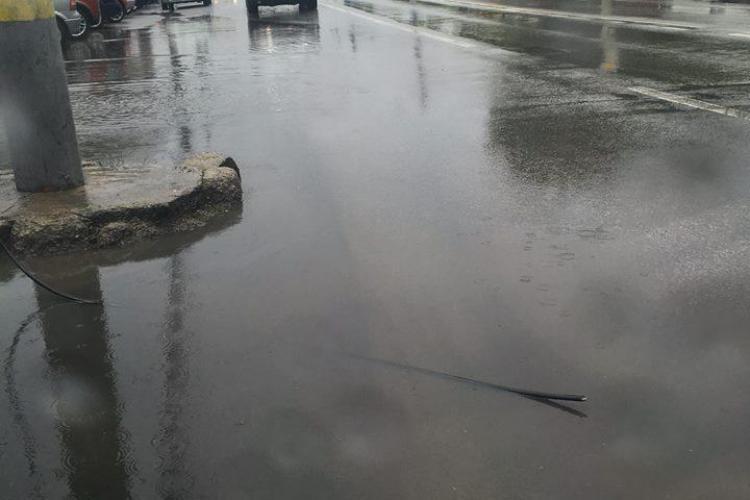 Cablurile de curent căzute pe asfalt pe Teodor Mihali - FOTO