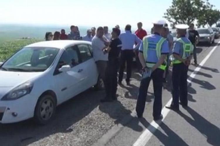 """CLUJ: Protest la Tureni împotriva """"bordurilor"""" de delimitare de pe mijlocul drumului FOTO"""