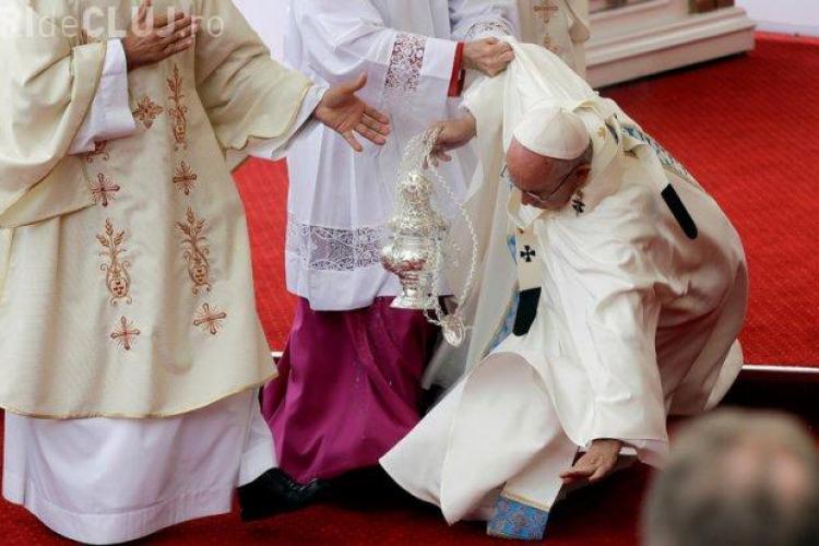 Papa Francisc a căzut în faţa altarului - VIDEO