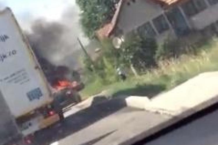 Autoturism făcut scrum într-o localitate din Cluj. Traficul a fost îngreunat VIDEO