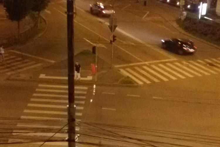 La un pas de accident în Piața Cipariu, din cauza unui bec. Clujean: L-aș schimba eu, dar nu am cum! - FOTO