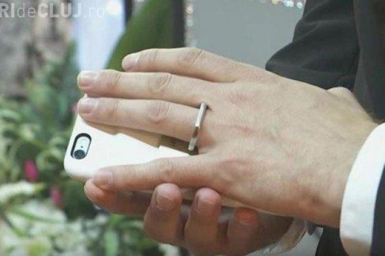 Un bărbat s-a căsătorit cu telefonul lui. Totul a devenit viral pe internet
