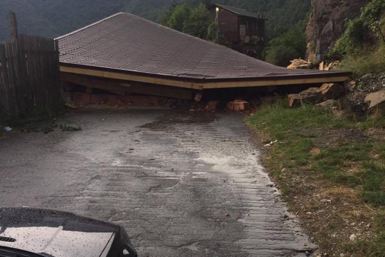 O cabană s-a prăbușit pe marginea lacului Tarnița - FOTO
