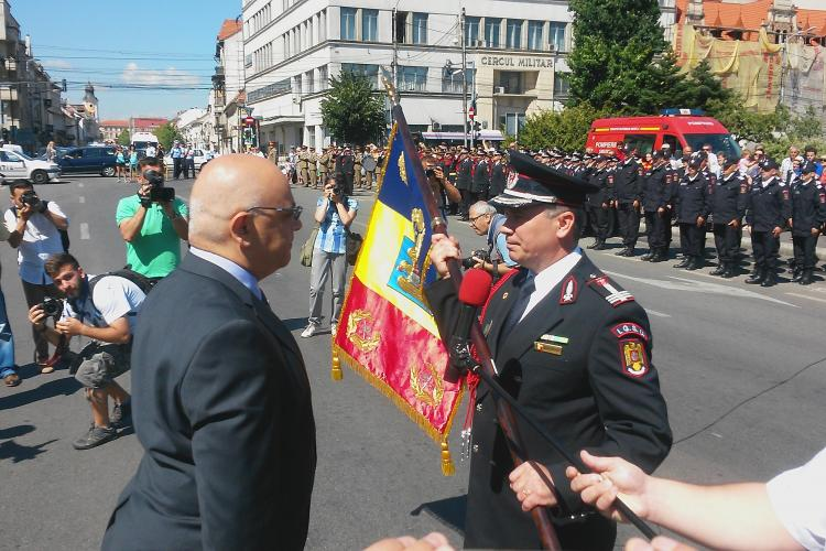 Eveniment special pentru pompierii clujeni. Au primit drapelul de luptă - VIDEO
