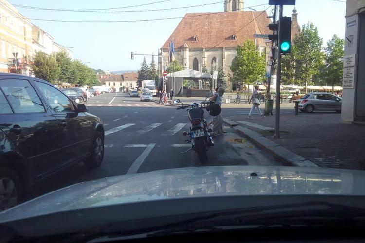 Care este povestea acestei fotografii? Bikerul nu parcase ca un nesimțit - FOTO