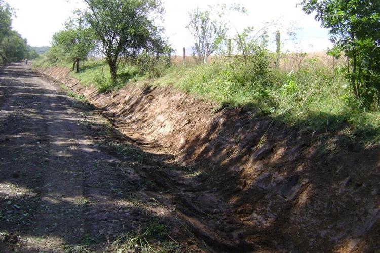 A pornit asfaltarea drumului judeţean 103 J Sâncraiu - Aluniş - FOTO