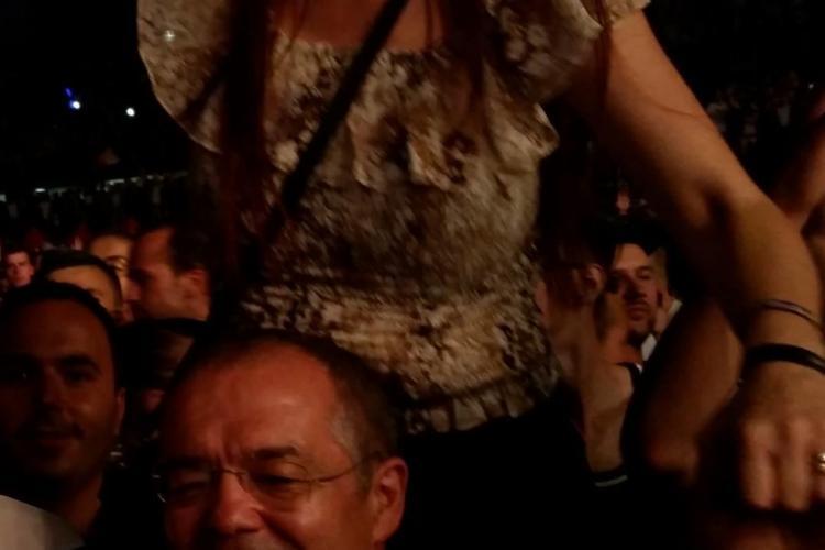 Imagini VIDEO cu primarul Emil Boc în timp ce își ține soția pe umeri la Untold