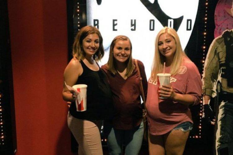 Ce au făcut niște tinere pentru a duce mâncare la cinema. E IREAL - FOTO
