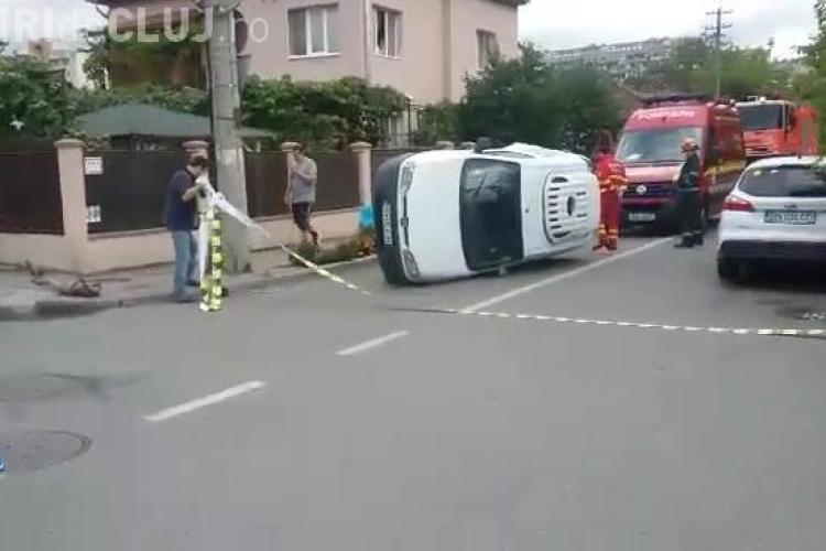 Accident pe strada Heltai Gaspar. O mașină s-a răsturnat și alte trei sunt avariate - VIDEO
