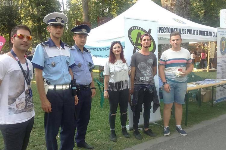 Festivalieri cu spirit civic, la Cluj. Doi tineri au găsit un telefon mobil la Untold și au mers cu el direct la polițiști