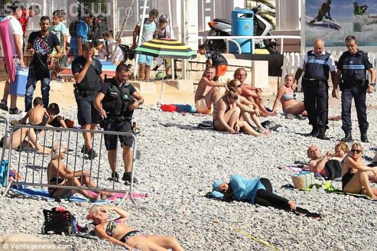 O femeie care purta burkini pe plajă a fost amendată de poliție - FOTO