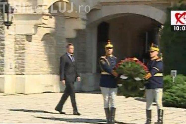 Iohannis și Cioloș au mers la Castelul Peleș pentru a-și aduce ultimele omagii Reginei Ana