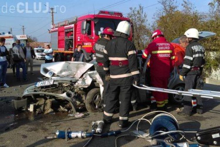 Accident GRAV pe un drum din Cluj. Trei persoane au rămas încarcerate în urma unui impact violent VIDEO