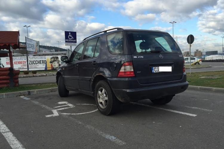 Parcarea de la Polus era goală, dar a parcat pe două locuri destinate celor cu handicap