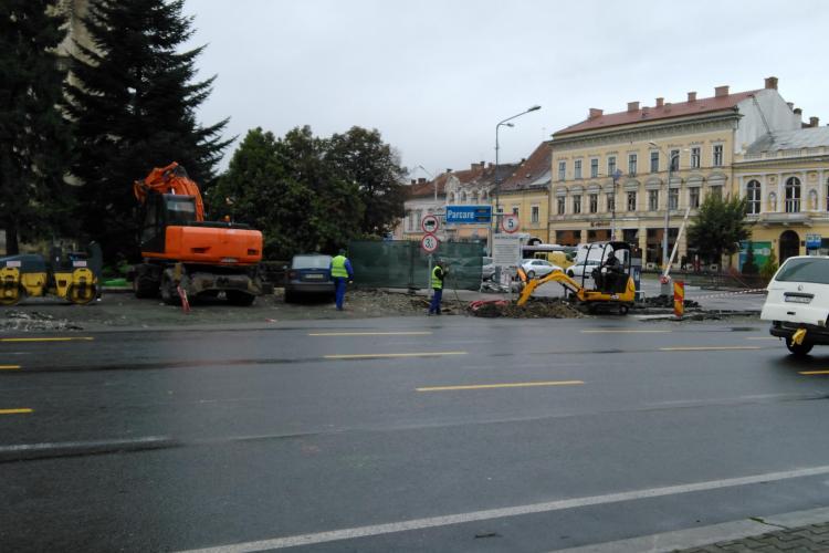 Probleme cu locurile de parcare în centrul Clujului. Primăria a blocat parkingul din Piața Unirii FOTO