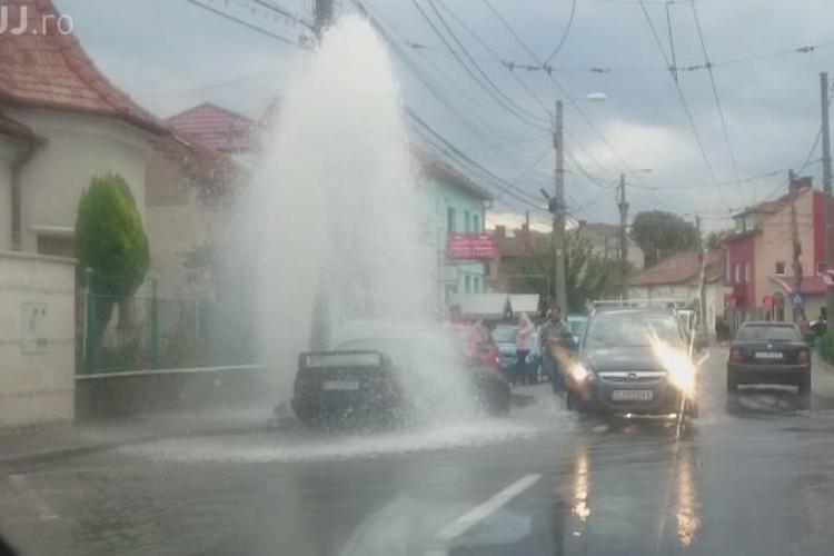Un șofer beat și fără permis a făcut PRĂPĂD pe strada Paris, din Cluj-Napoca. A distrus un hidrant și a umplut strada de apă VIDEO