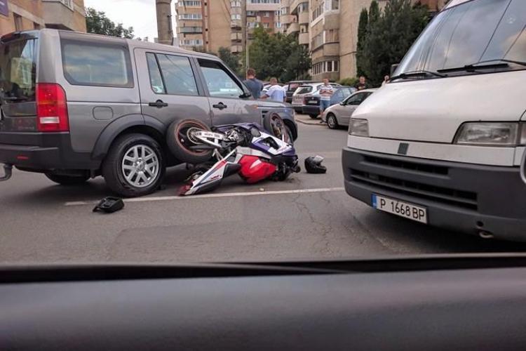 Accident lângă Iulius Mall. Un șofer s-a urcat peste o motocicletă - FOTO