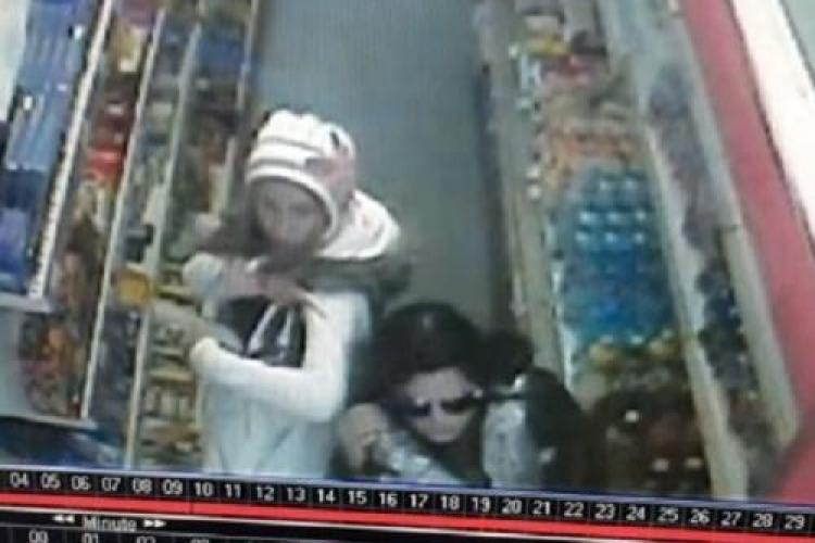 VIDEO Cluj-Napoca: 2 tinere FILMATE cum furau toată ciocolata dintr-un magazin situat lângă Universitatea Tehnică