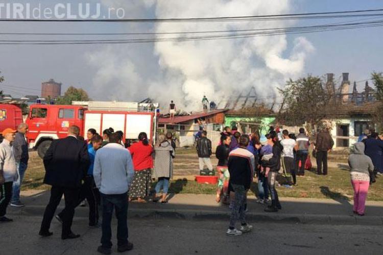 Incendiu puternic la colonia de rromi din Câmpia Turzii. Mascații au intervenit ca să calmeze tensiunile