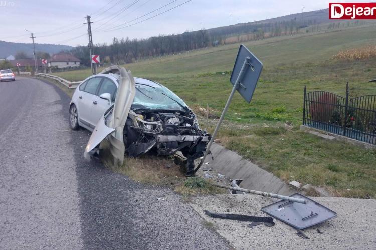 Un clujean și-a făcut praf mașina pe drumul Gherla-Dej. A intrat direct sub parapet FOTO