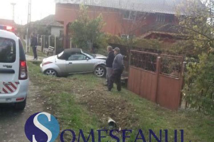 CLUJ: O șoferiță a intrat cu decapotabila direct în poarta unei gospodării FOTO