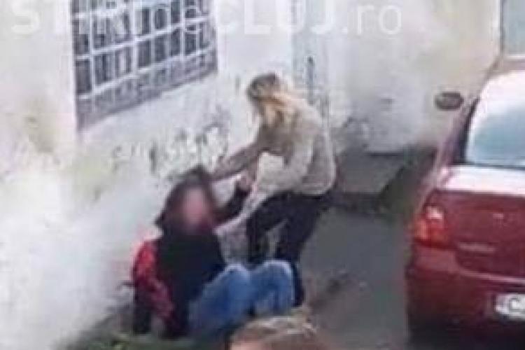 Imagini SCANDALOASE la un liceu din Dej. O elevă este bătută crunt, chiar în fața școlii VIDEO