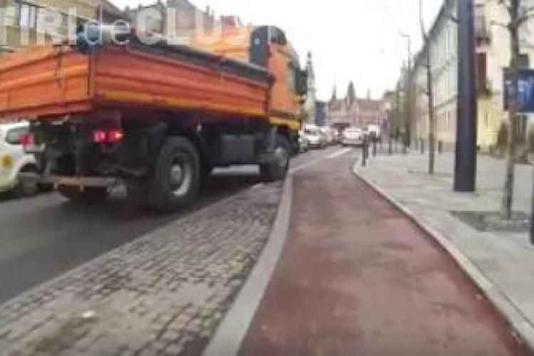 Nesimțirea unui camionagiu la Cluj-Napoca! Distruge pistele de bicicliști - VIDEO