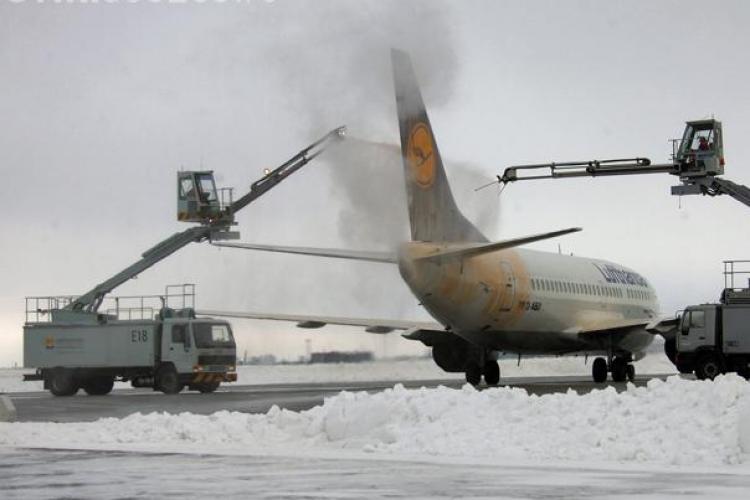 Frigul a înghețat avioanele pe pista din Cluj-Napoca! S-au întregistrat întârzieri