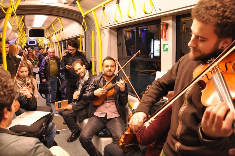 """""""Flash mob"""" în troleele din Cluj! Un grup de instrumentiști i-au încântat pe călători cu muzică la vioară VIDEO"""