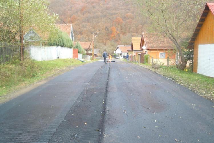 Continuă lucrările pe drumul judeţean Mărgău - Călata - Mănăstireni - FOTO
