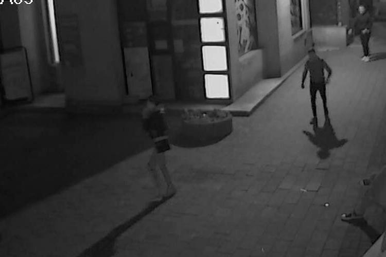 Bătăuși, căutați de polițiștii clujeni după ce au băgat un bărbat în spital. I-ați văzut? FOTO/VIDEO