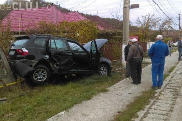 """Cluj - BMW """"parcat"""" în gardul unei case! Ce s-a întâmplat - FOTO"""