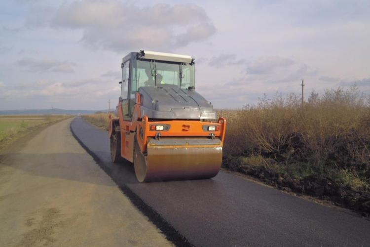 Se așterne primul strat de asfalt pe drumul judeţean Turda - Bogata – Călăraşi