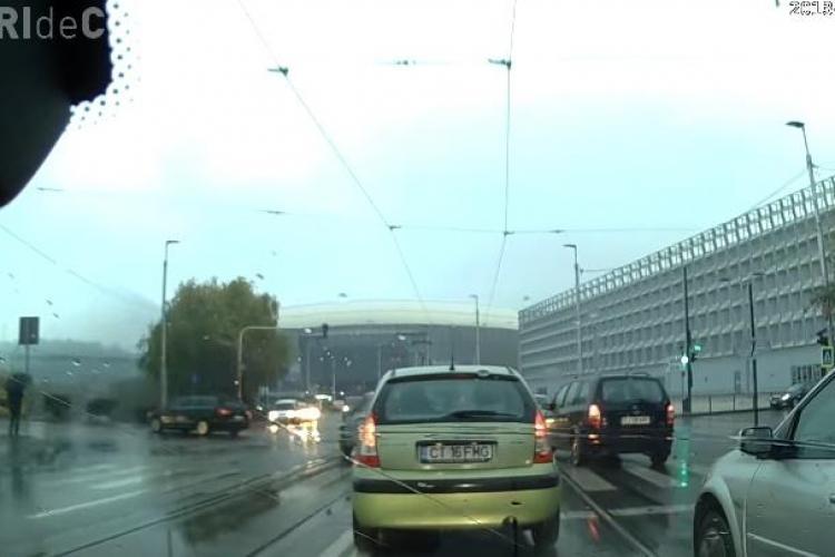 Șicanare în trafic la Cluj! Nemulțumit, șoferul s-a urcat pe trotuar pentru a depăși - VIDEO