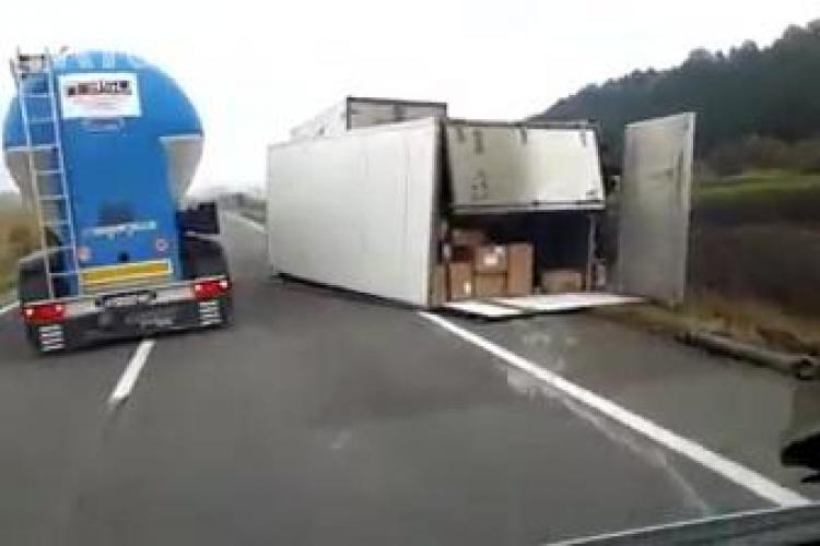 Cluj - Blestemele i-au ajuns pe cei de la Fan Courier. Un transport s-a făcut praf după Huedin - VIDEO