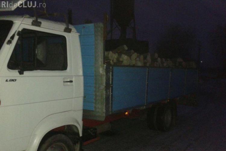 Clujean prins cu un camion plin de lemne tăiate ilegal. Polițiștii au confiscat atât lembul, cât și vehiculul FOTO
