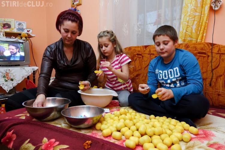 Copiii din nordul Transilvaniei puşi să asambleze jucăriile din ouăle Kinder pentru 22 penny pe oră
