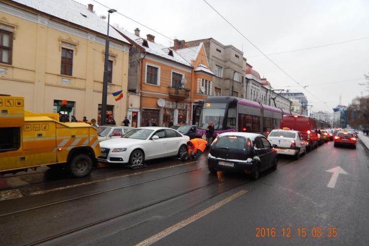 Tramvaiele blocate în centrul Clujului. Unui șofer i s-a stricat mașina pe linia de tramvai FOTO