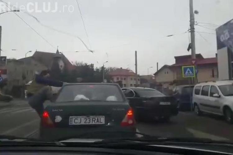 """Cluj: Două """"gorile"""" cu BMW au sărit să bată un șofer pe strada Oașului. UPDATE: Agresorul a fost arestat - VIDEO"""