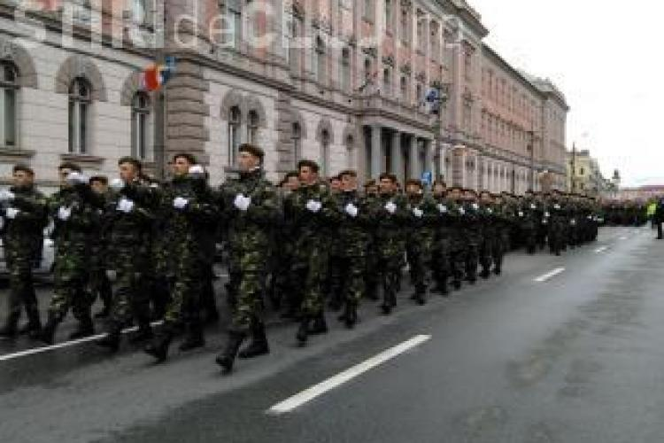 Paradă militară în centrul Clujului, de Ziua României