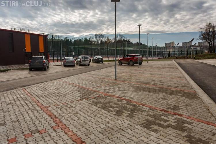 Complexul sportiv Gheorgheni a fost inaugurat, dar aleile din jur deja sunt pline de mașini