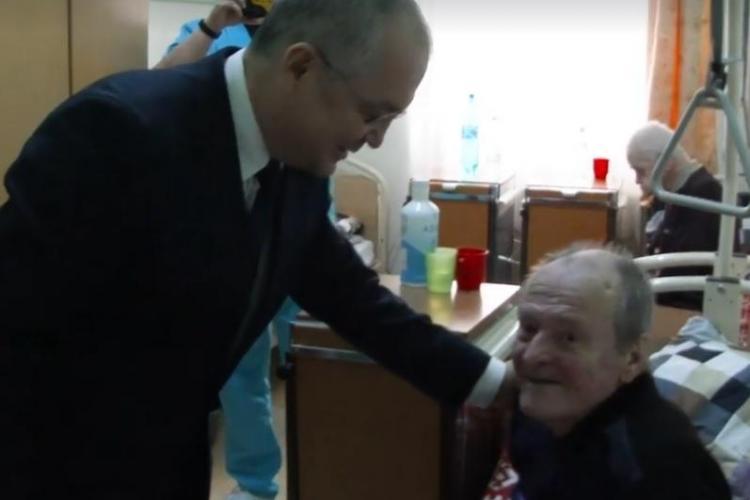 Emil Boc le-a dus cadouri vârstnicilor. E o tradiție de 12 ani - VIDEO
