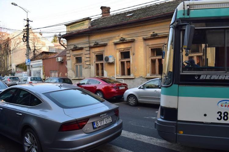 Autobuzele sunt blocate aproape zilnic pe Emil Racoviță. Poliția îl caută acum pe șoferul din imagine - FOTO