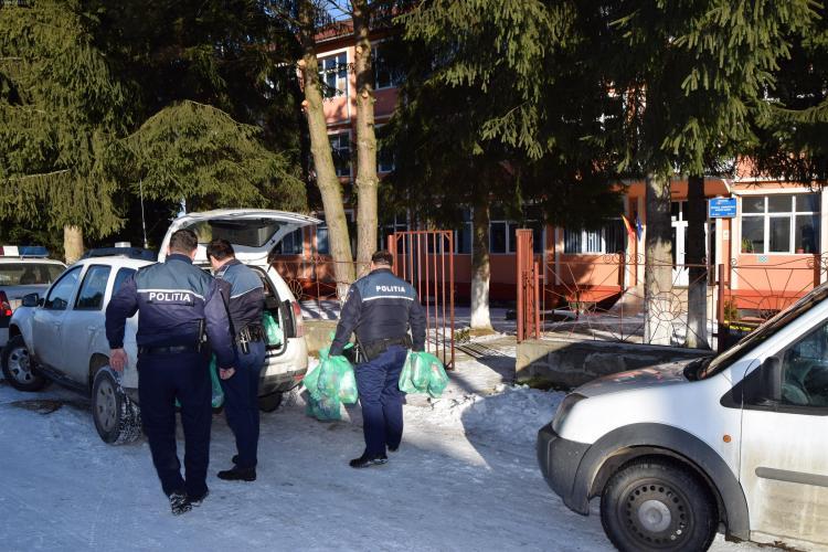 Misiune specială a polițiștilor clujeni! Le-au oferit elevilor cadouri de Moș Nicolae, pentru bună purtare FOTO/VIDEO