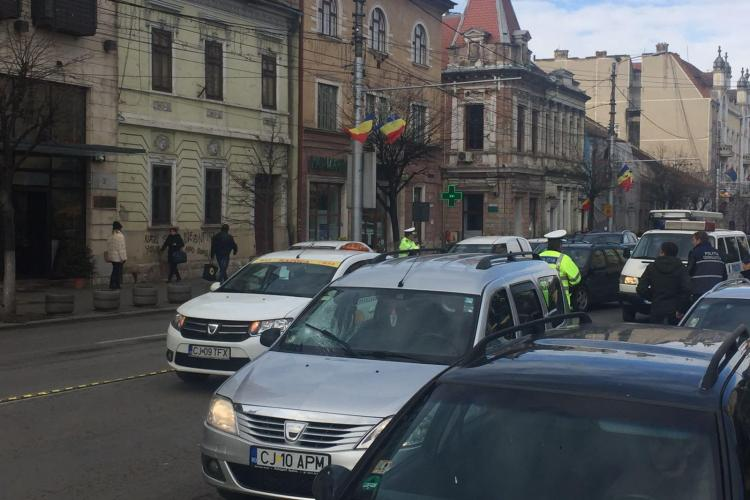 Accident în centrul Clujului! Un pieton a fost lovit în plin de mașină, în timp ce traversa neregulamentar FOTO