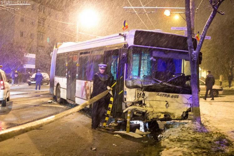Accident pe B-dul Nicolae Titulescu! Nu a acordat prioritate troleibuzului - VIDEO și FOTO/UPDATE Șoferul nu avea permis