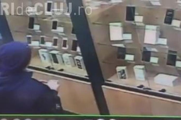 Minor surprins cum fură un iPhone dintr-un magazin de telefoane, din Mănăștur. Îl recunoașteți? VIDEO