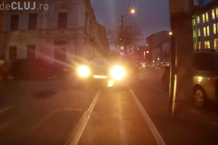 Cluj-Napoca: De lene, un șofer a preferat că ruleze pe pista de bicicliști pentru a intra în curte - VIDEO