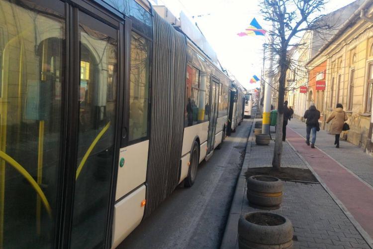 Accident! Un biciclist a blocat transportul în comun în centrul Clujului - VIDEO